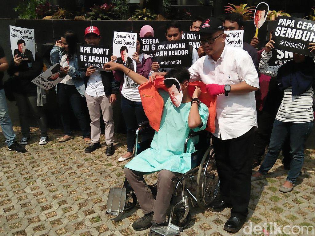 Mereka pun meminta KPK untuk segera menahan Novanto dan melimpahkan kasusnya ke pangadilan (Foto: Faiq Hidayat/detikcom)