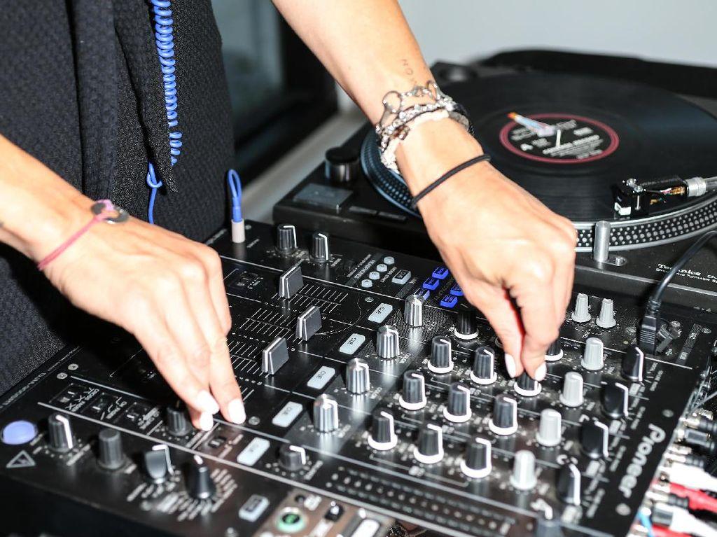 Padahal musisi dalam negeri juga pasti punya banyak karya yang tak kalah menarik. Tapi kok kurang berisik, ya? Foto: Ilustrasi Musik Elektronik (Getty Images)