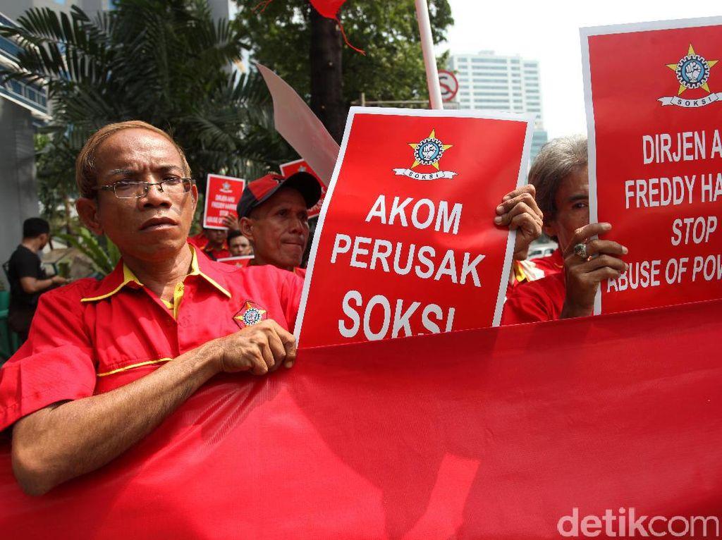 Puluhan massa yang tergabung dalam Sentral Organisasi Karyawan Swadiri Indonesia (SOKSI) pimpinan Ali Wongso Sinaga melakukan aksi unjuk rasa di depan gedung Direktorat Jenderal Administrasi Hukum Umum (Ditjen AHU) Kementerian Hukum dan HAM, Jalan Rasuna Said, Kuningan, Jakarta Selatan, Kamis (14/9/2017).