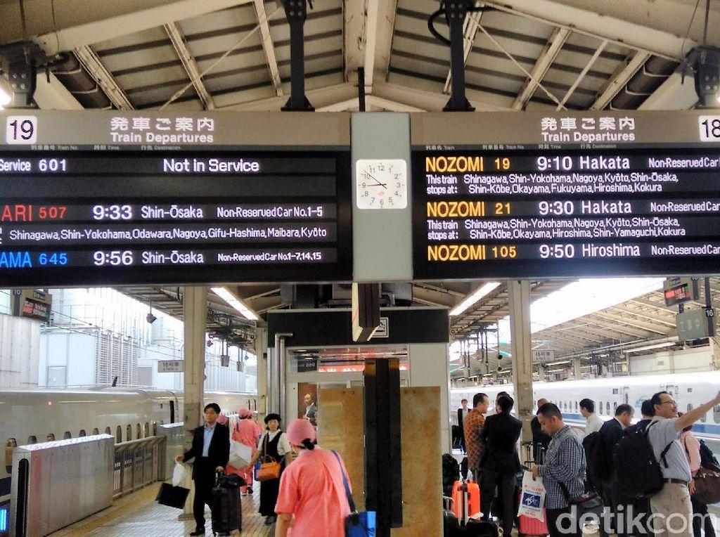 Calon penumpang harus menunggu persis di lokasi peron dan nomor gerbong sesuai yang tertera pada tiket.