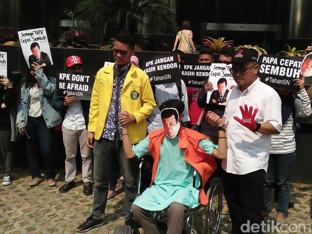 Mereka juga melakukan aksi teatrikal serta membuat poster bertuliskan Papa Cepat Sembuh yang merujuk pada alasan sakit Novanto yang absen pemanggilan KPK (Foto: Faiq Hidayat/detikcom)