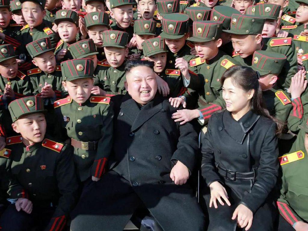 Ri Sol-Ju dan Kim Jong-Un saat mengunjungi Mangyongdae Revolutionary School di Pyongyang pada awal tahun ini. Foto: AFP