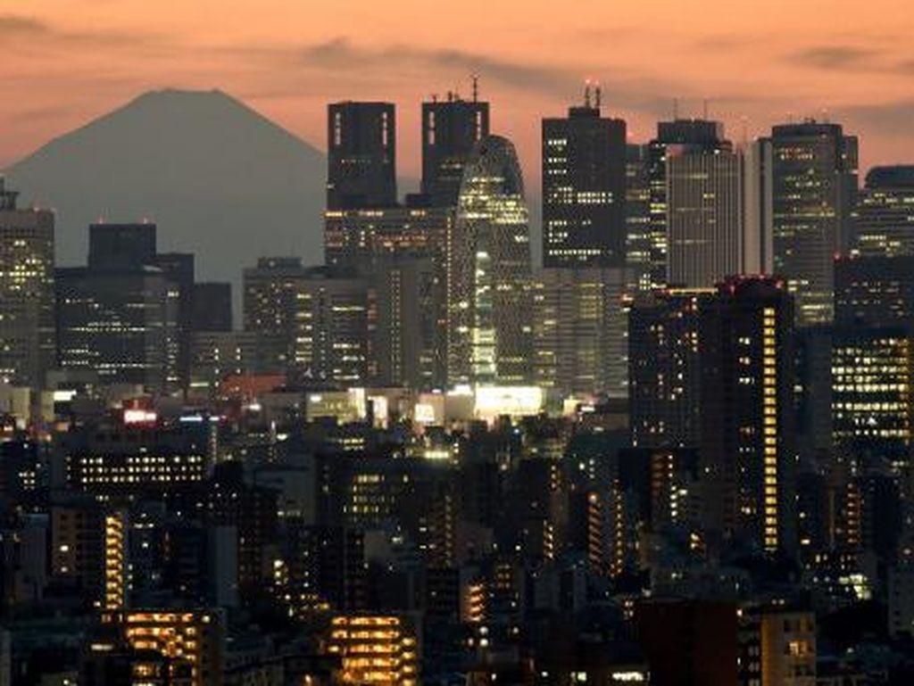 Penampakan gedung pencakar langit di Tokyo dengan latar belakang Gunung Fuji. Kehidupan masyarakat di Tokyo bisa dalam bahaya apabila Korut benar-benar melancarkan serangannya. Namun PBB terus mengimbau agar ketegangan di kawasan pasifik diakhiri/Foto: AFP