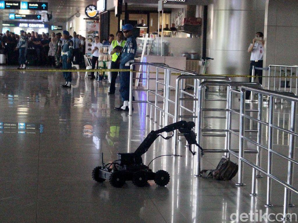 Robot penjinak bom berusaha mengevakuasi tas yang diletakkan di terminal keberangkatan Bandara Juanda.