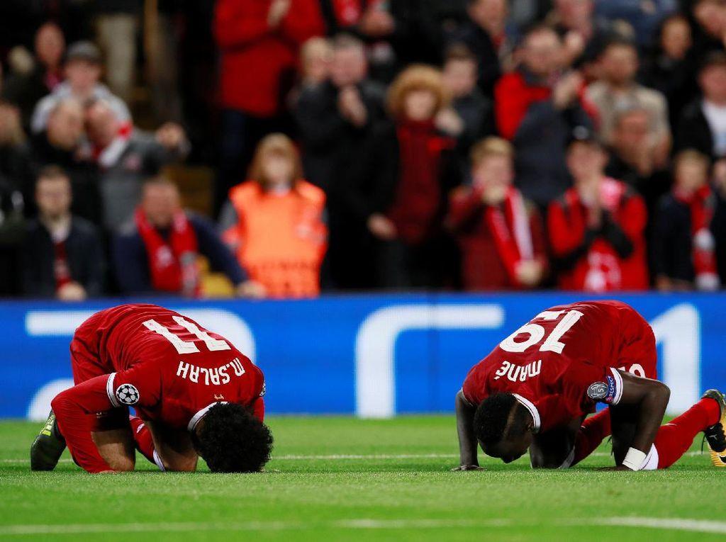 Salah (asal Mesir) dan Mane (dari Senegal), sama-sama Muslim, merayakan gol kedua Liverpool dengan cara sujud syukur. (Foto: Jason Cairnduff/Action Images via Reuters)