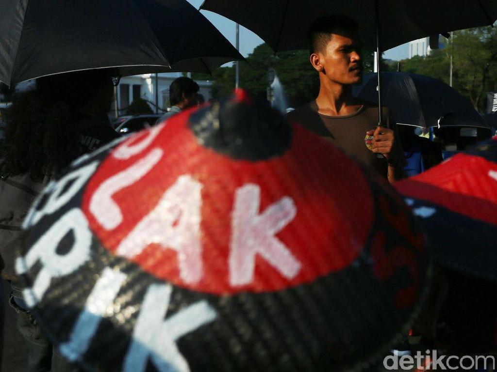 Mereka mendesak pemerintah menyelidiki kasus-kasus pelanggaran HAM seperti peristiwa Tanjung Priok 33 tahun lampau.