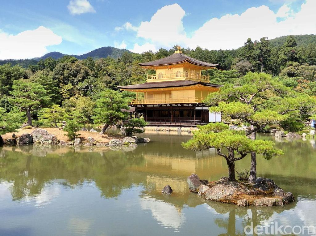 Kuil emas adalah salah satu obyek wisata yang terkenal di Jepang.