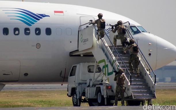 Simulasi Penanganan Teroris di Bandara Juanda
