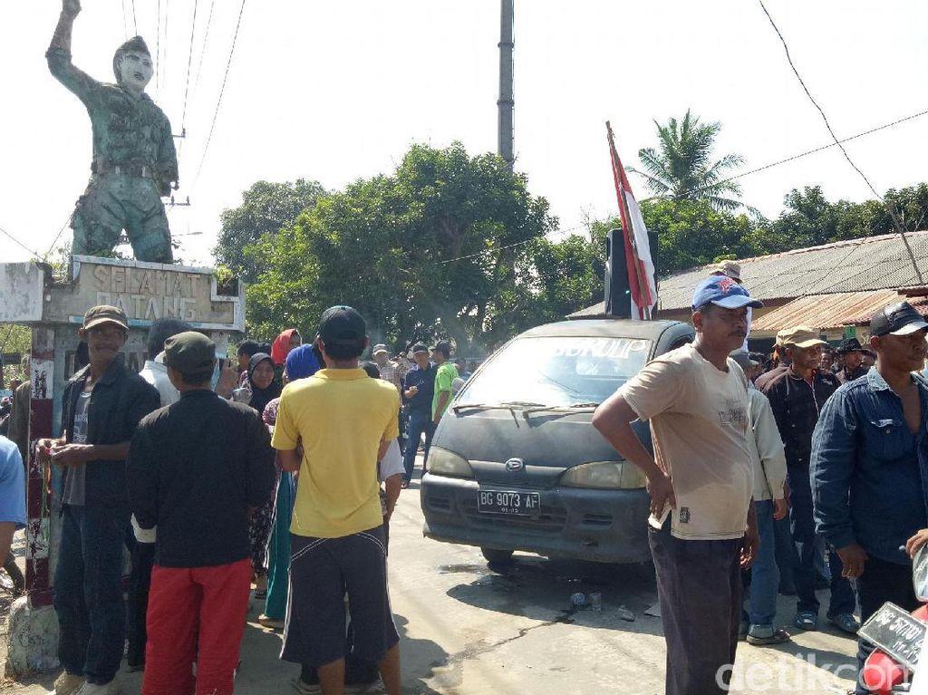 Massa menutup akses masuk Polisi dan BPN saat akan melakukan pengukuran (Raja Adil Siregar/detikcom)