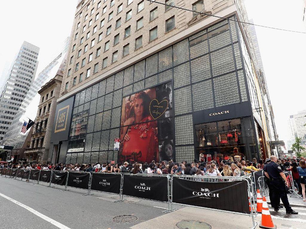 Antrian para fans Selena yang menunggu di luar toko tersebut. Cindy Ord/Getty Images for Coach/detikFoto.