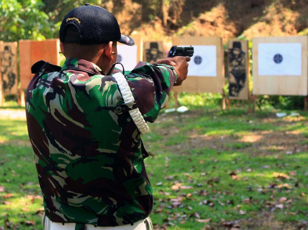 Yonif Raider 515 Kostrad Latih Anggota Menembak Pistol