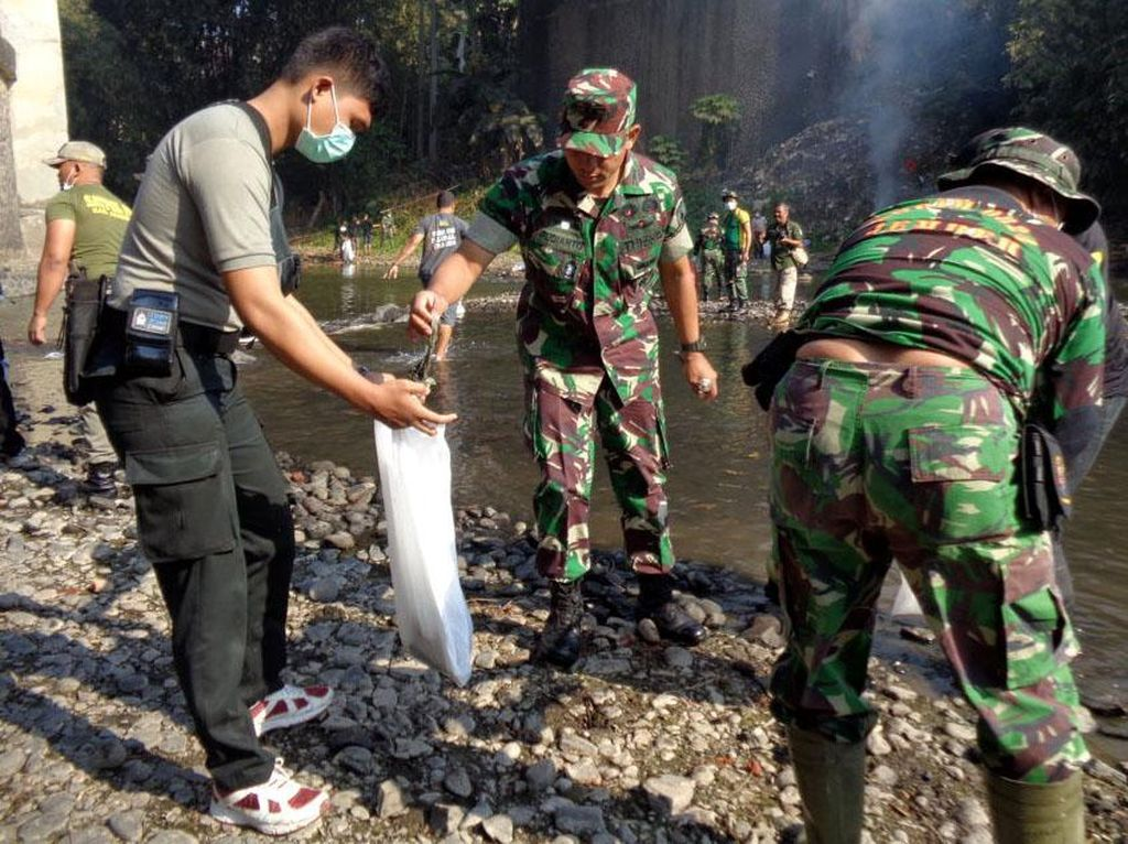 Raider 9 Kostrad Kerja Bakti Bersihkan Sungai Bedadung