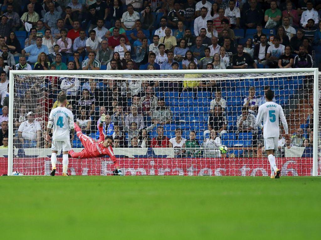 Menjelang berakhirnya pertandingan, Madrid dihukum karena terlalu asyik menyerang. Di menit-menit akhir injury time, Antonio Sanabria membobol gawang Madrid untuk memenangkan Betis. Foto: Gonzalo Arroyo Moreno/Getty Images