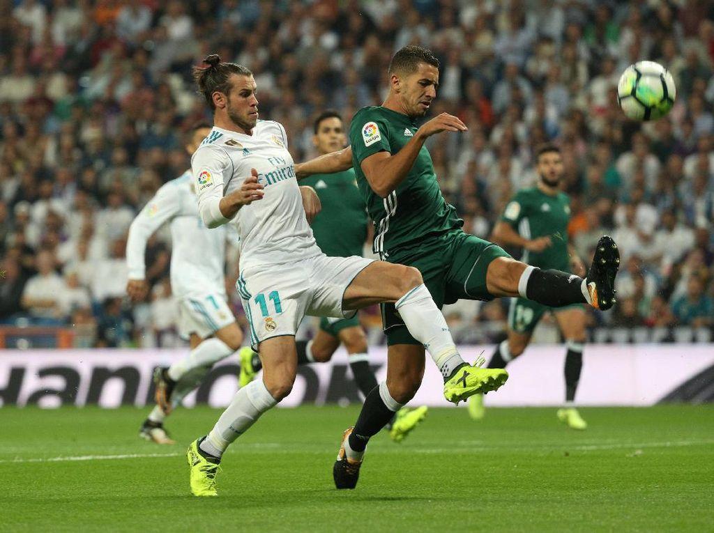 Madrid sendiri mendominasi Betis. Dengan keunggulan penguasaan bola, El Real juga menciptakan total 27 percobaan (7 mengarah ke gawang). Foto: Sergio Perez/Reuters