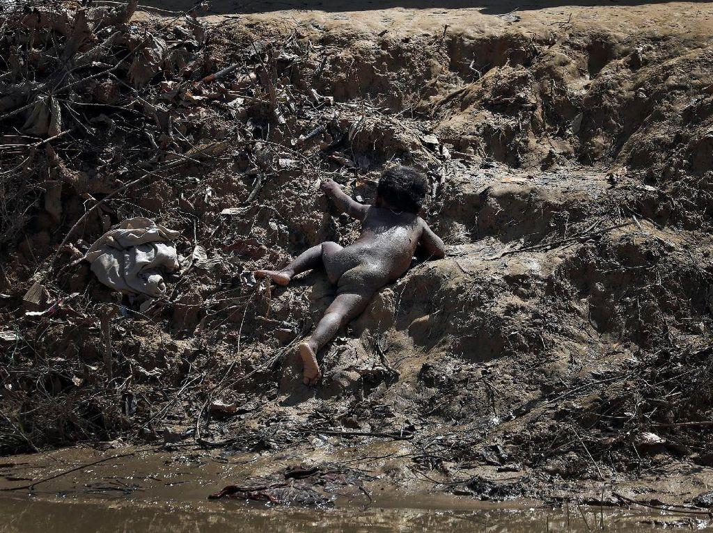 Miris, Potret Balita Rohingya Merayap Diantara Lumpur