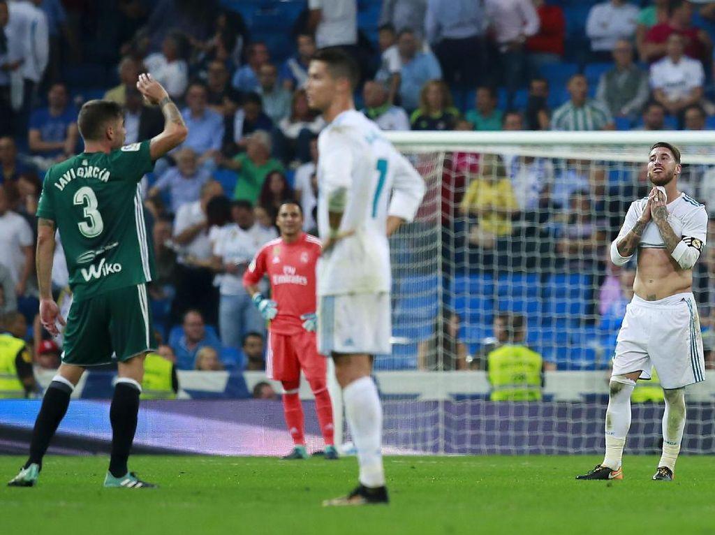 Sebuah catatan negatif pun ikut tercipta. Dengan dua hasil seri dan sekali kalah di Bernabeu, maka Madrid telah menorehkan start terburuk di kandang sendiri dalam ajang liga sejak 1995/1996. Foto: Gonzalo Arroyo Moreno/Getty Images