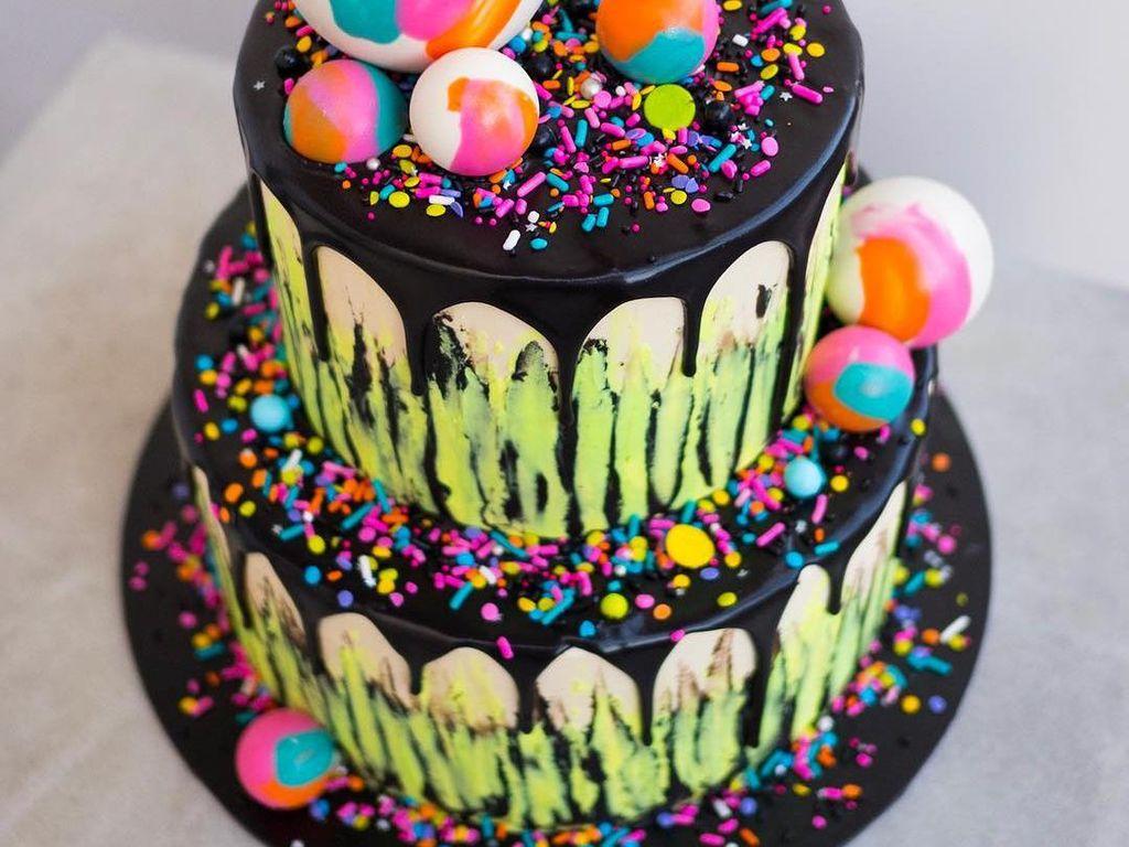 Pesta ulang tahun dijamin lebih meriah dengan cake ini. Terdiri dari 2 tumpuk, rasa cake ini adalah paduan selai raspberry dan Swiss meringue buttercream selai kacang. Foto: Katherine Sabbath