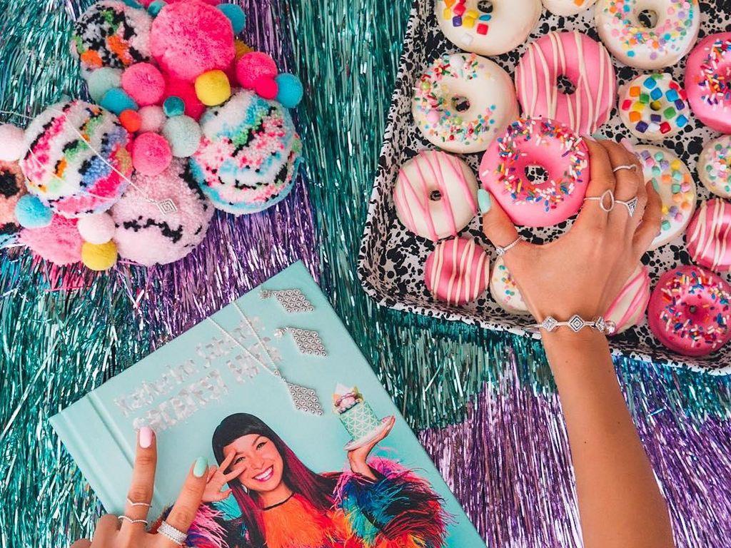 Katherine baru saja meluncurkan buku resep yang unik. Gambar cake di dalam bukunya pop-up, lengkap dengan kartu isi resep di dalamnya. Foto: Katherine Sabbath