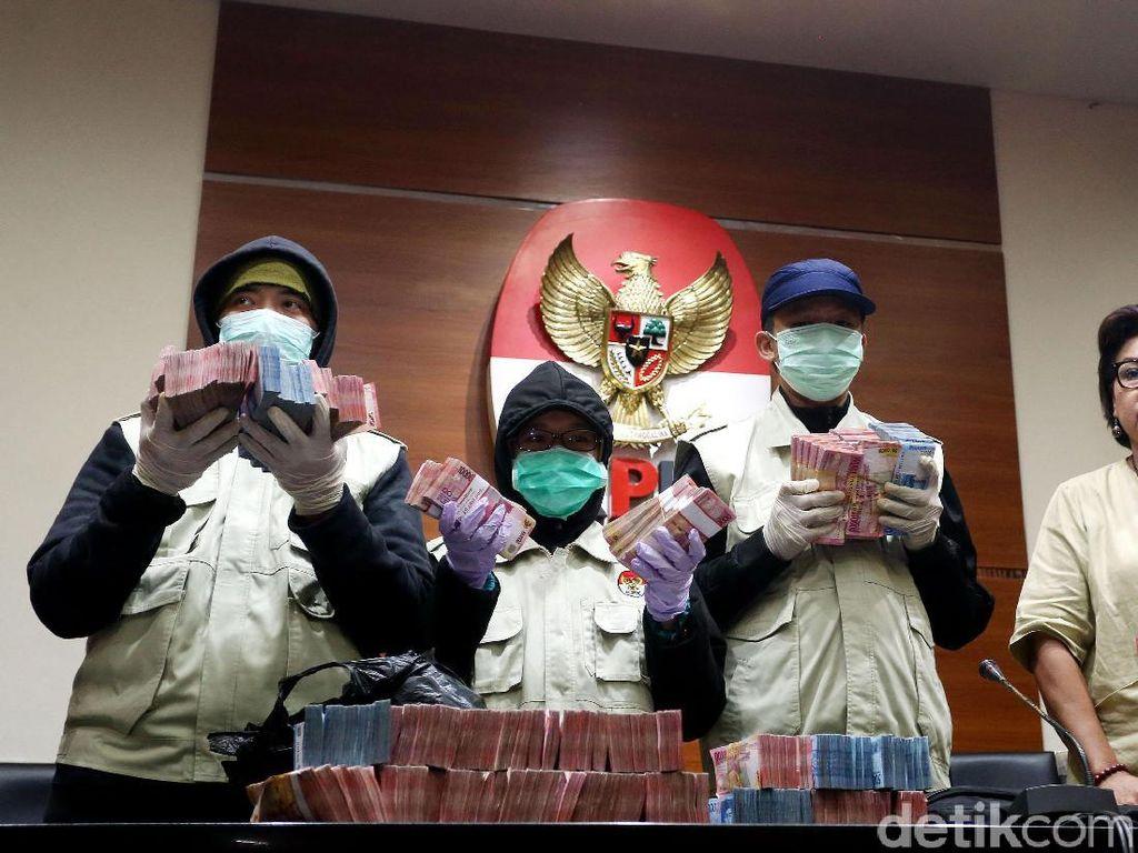 Foto: Bergepok-gepok Duit Bukti Dugaan Suap Wali Kota Cilegon