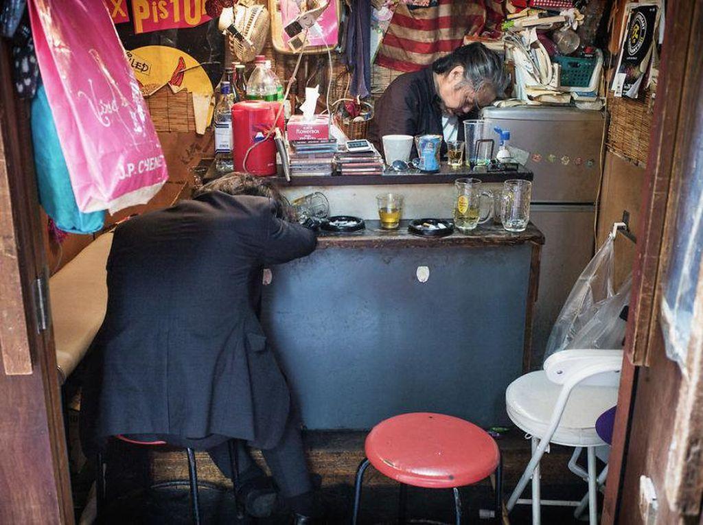 Lee yang tinggal di Tokyo sejak 1998, ingin memperlihatkan hal berbeda dari selama ini orang pikirkan tentang Jepang. Misalnya kebiasaan mabuk sampai hilang kesadaran di bar. Foto: Lee Chapman
