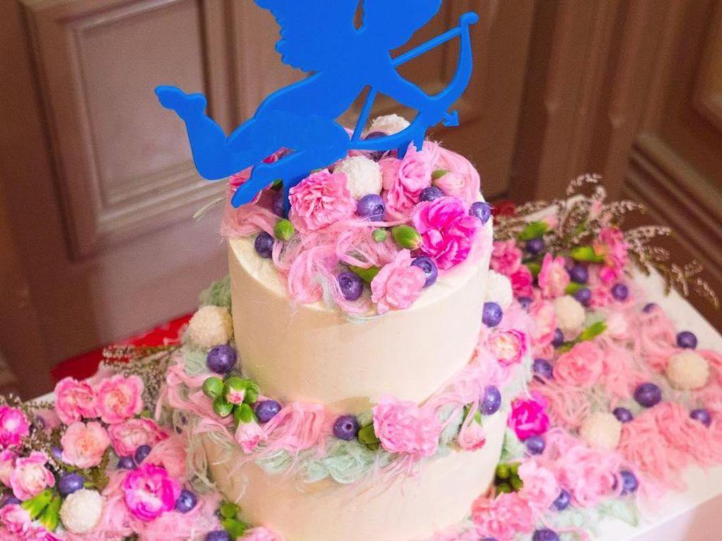 Kalau cake pernikahan ini diberi nama angel food cake oleh Katherine. Memadukan vanilla cake dengan selai strawberry dan Swiss meringue buttercream selai kacang. Dekorasinya fairy floss pink rasa mawar dan pistachio. Foto: Katherine Sabbath