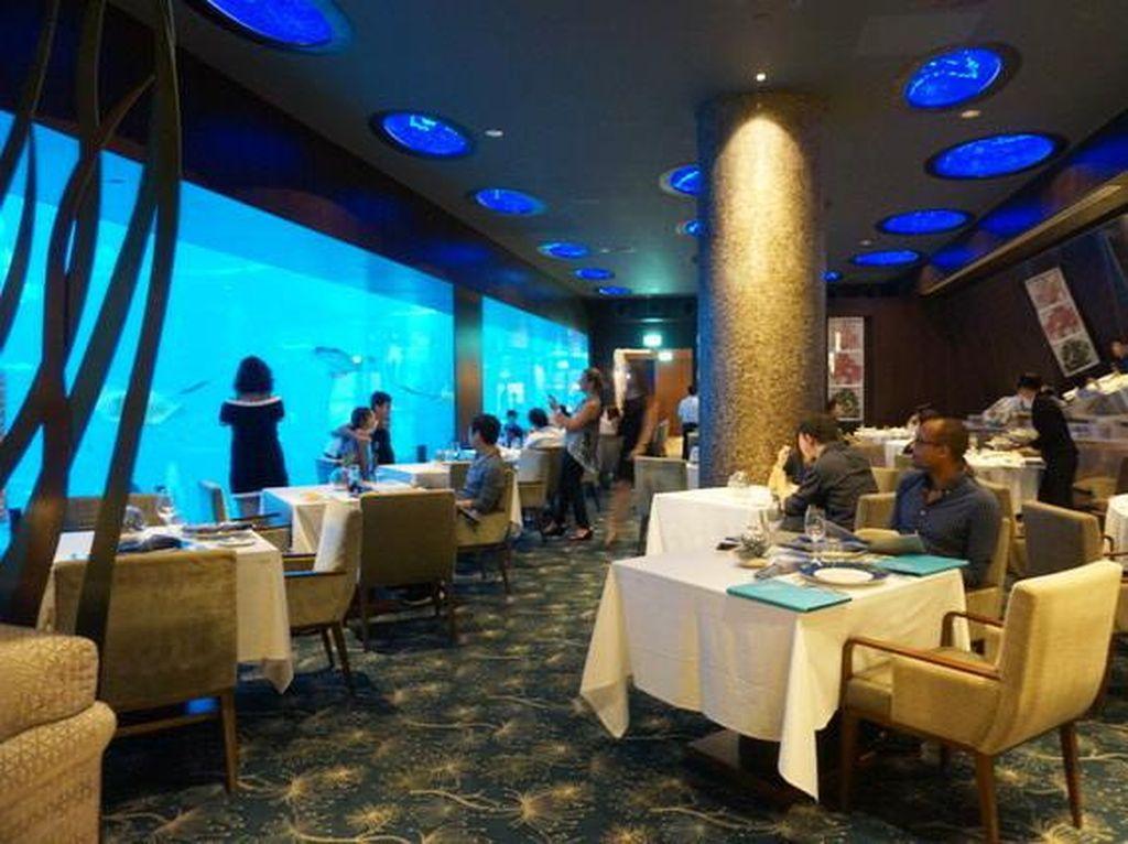 Romantis! Bersantap di Restoran Bawah Laut yang Cantik di RWS Ini