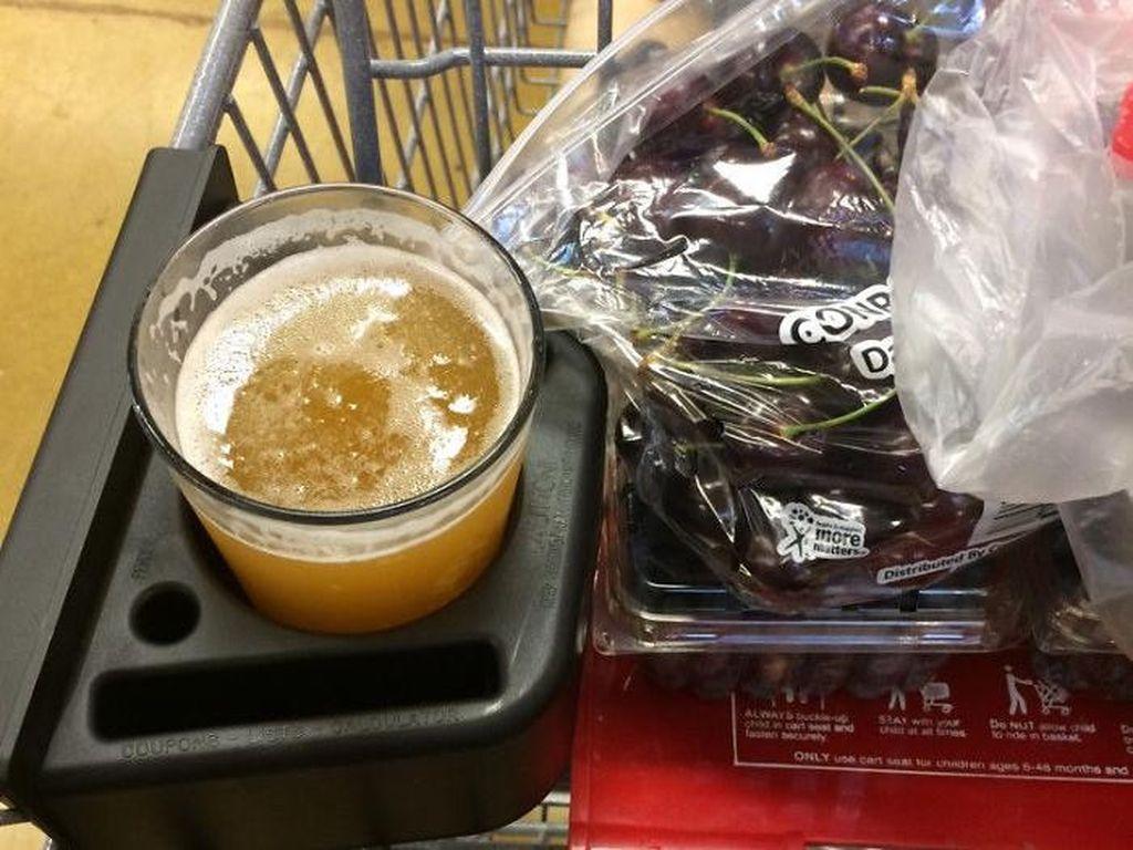 Supermarket ini jual craft beer per gelas. Jadi troli ikut dilengkapi tempat untuk menaruh gelas.