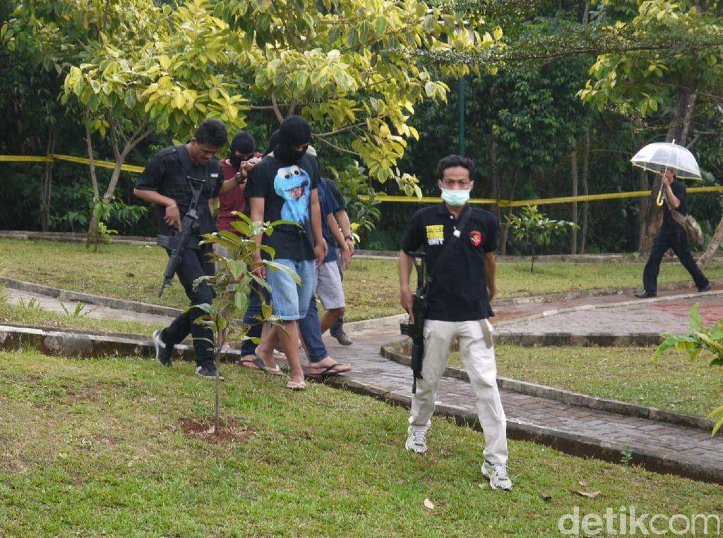 Selain keempat tersangka, polisi juga melibatkan para saksi yang ikut berduel saat AB berduel dengan Hilarius. Rekontruksi juga dihadiri para kuasa hukum dan orangtua para tersangka, pihak Kejaksaan Negeri Bogor, Bappas dan beberapa teman tersangka.
