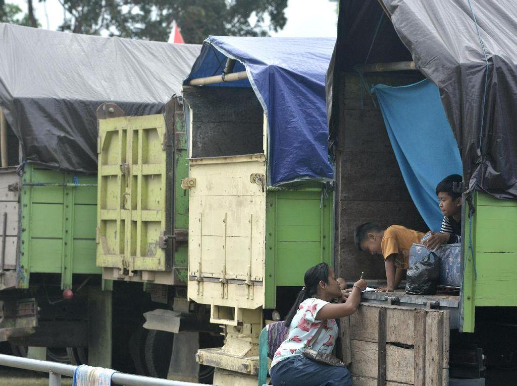 Wajah Para Pengungsi Gunung Agung, di Tenda hingga Truk