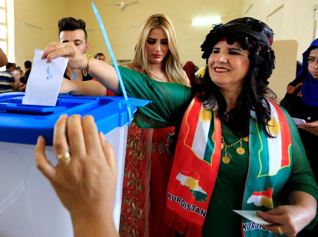 Perempuan menyalurkan aspirasinya dalam referendum kemerdekaan Kurdi di Kirkuk, Irak, 25 September 2017. (Thaier Al Sudani/REUTERS)