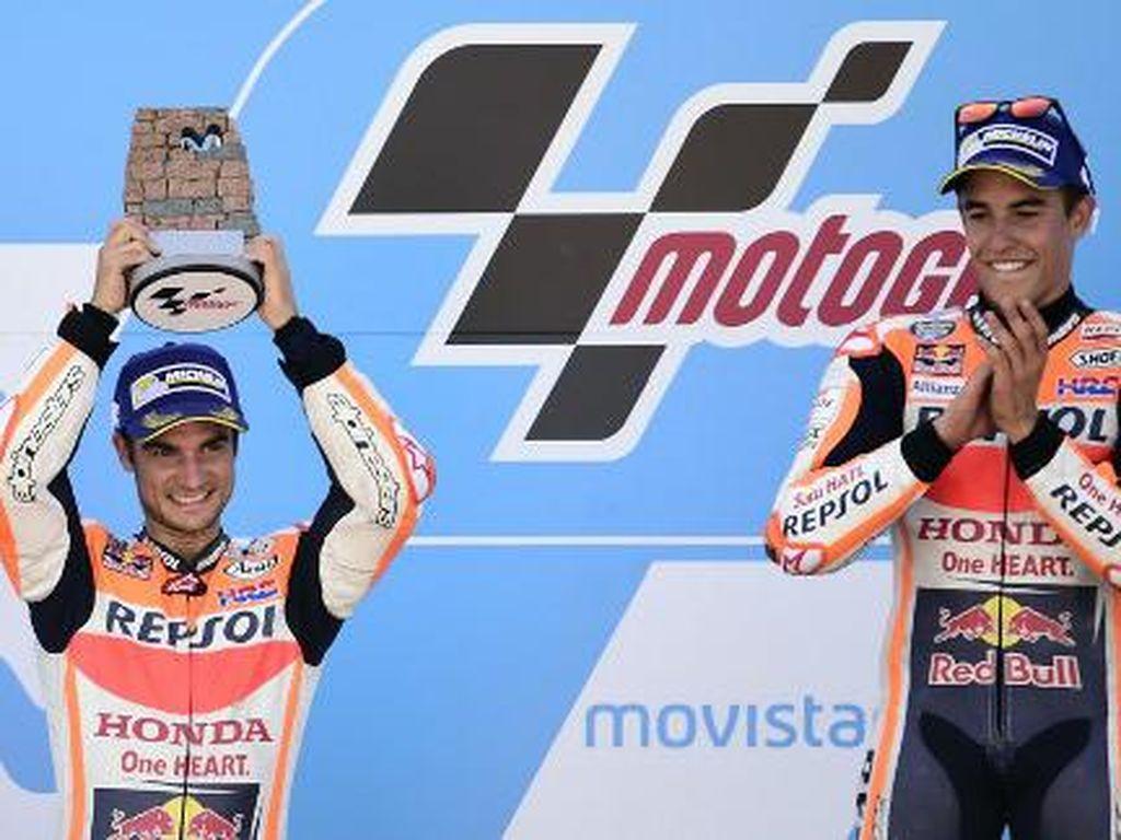 Untuk kali ketiga di musim ini, Repsol Honda bisa finis di posisi satu dan dua. Pertama mereka meraihnya di Spanyol, lalu Republik Ceko, dan kini di Aragon. (AFP PHOTO / JOSE JORDAN)