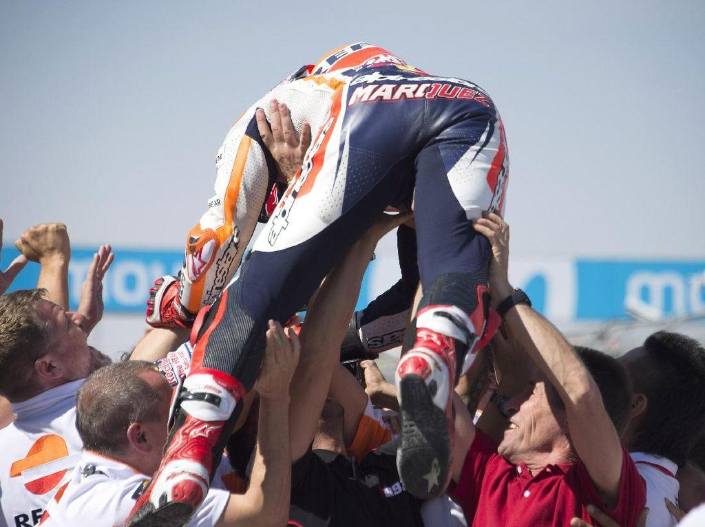 Marc Marquez merayakan kemenangannya bersama kru tim Honda. (Mirco Lazzari gp/Getty Images)