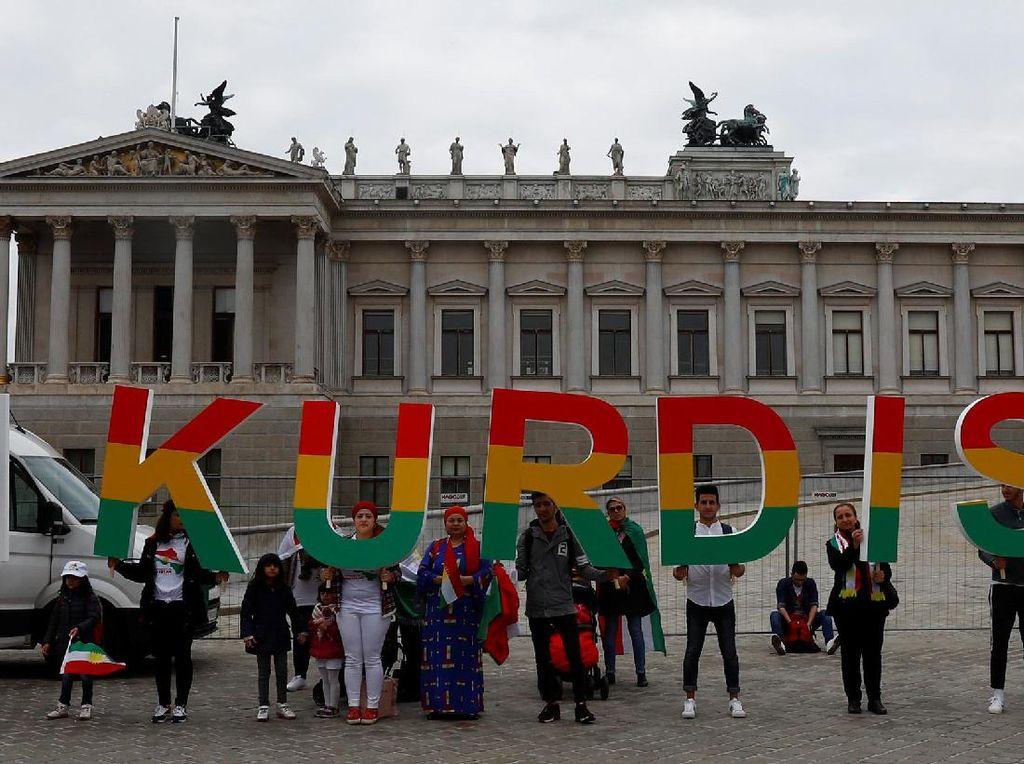 Orang-orang Kurdi di Austria melakukan aksi mendukung referendum Kurdi, lokasi aksi di luar kawasan Parlemen Wina, Austria, 25 September 2017. (Leonhard Foeger/REUTERS)