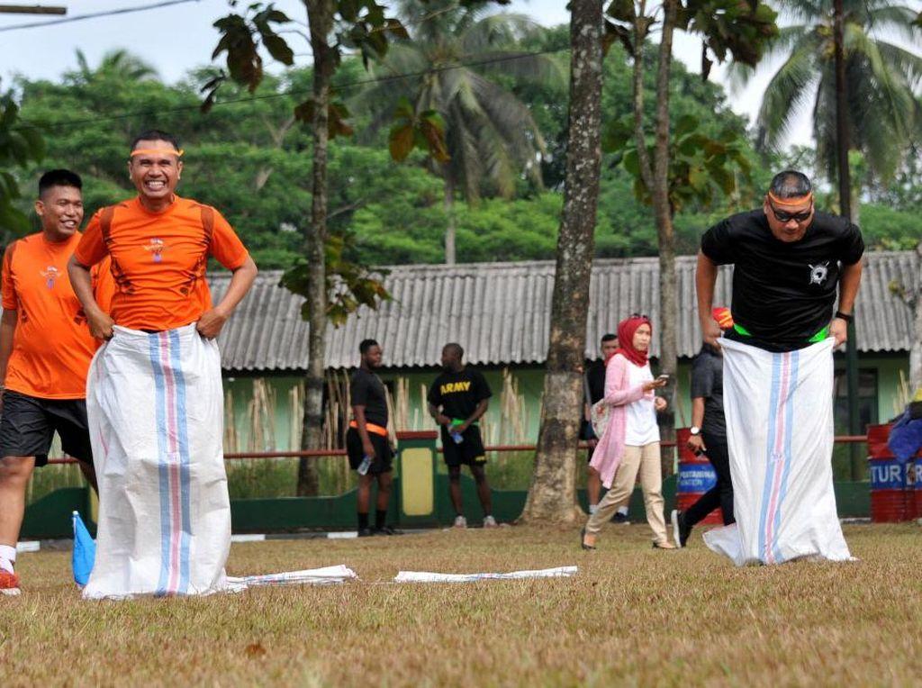 Serunya Lomba Balap Karung dan Bakiak TNI-US Army