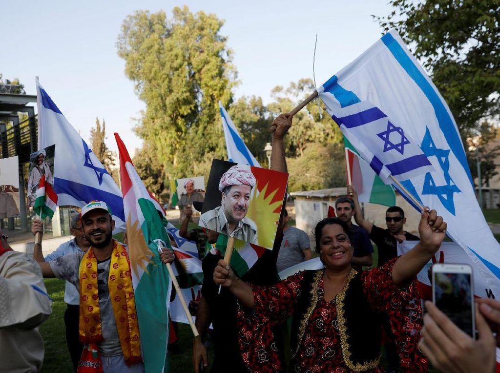 Warga Israel etnis Kurdi merayakan kegembiraan atas terselenggaranya referendum Kurdi. Mereka ada di dekat kantor konsulat Amerika Serikat, Yerusalem, 24 September 2017. (Ronen Zvulun/REUTERS)