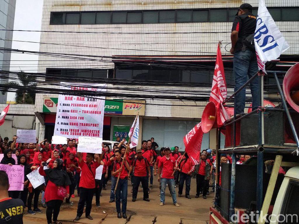 Awalnya massa terdiri dari sekitar 50 orang. Namun mereka mendapatkan bantuan puluhan massa dari Konfederasi Serikat Buruh Sejahtera Indonesia (KSBSI).