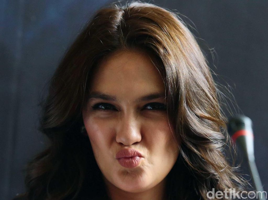 Pose Duck Face Luna Maya, Yay or Nay?
