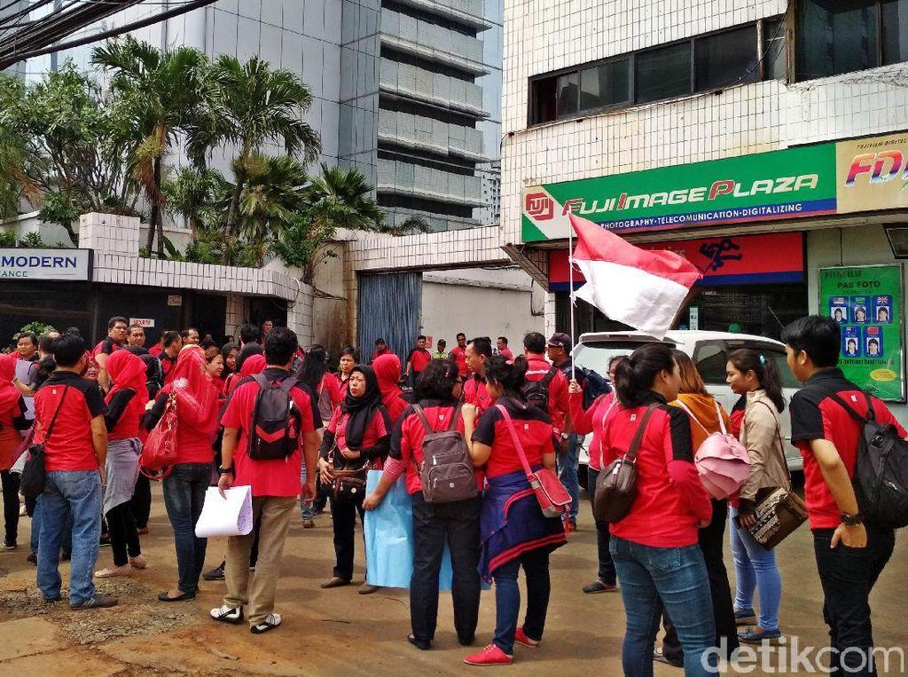 Ada beberapa poin yang menjadi tuntutan utama para demonstran, yakni pesangon, gaji+tunjangan, THR yang tersisa 50% belum dibayarkan, uang transport dan iuran Jamsostek yang sudah dipotong.