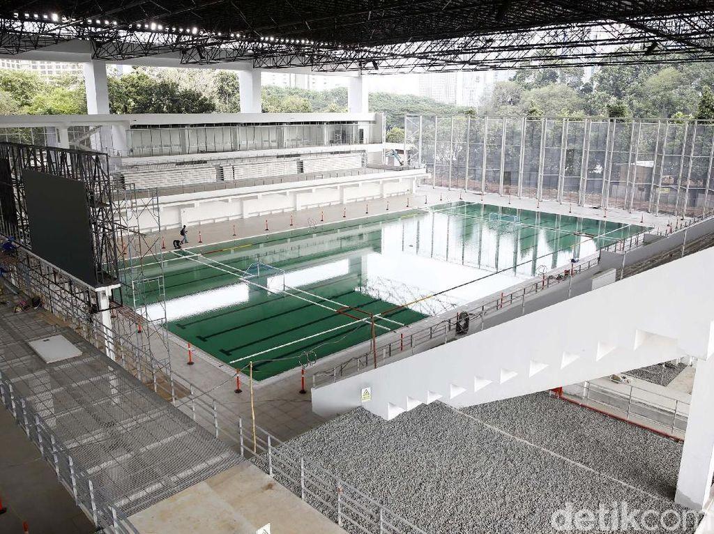 Selain kolam utama Stadion Akuatik GBK itu dilengkapi dengan tiga kolam lain; kolam loncat indah, kolam polo air, dan kolam pemanasan.