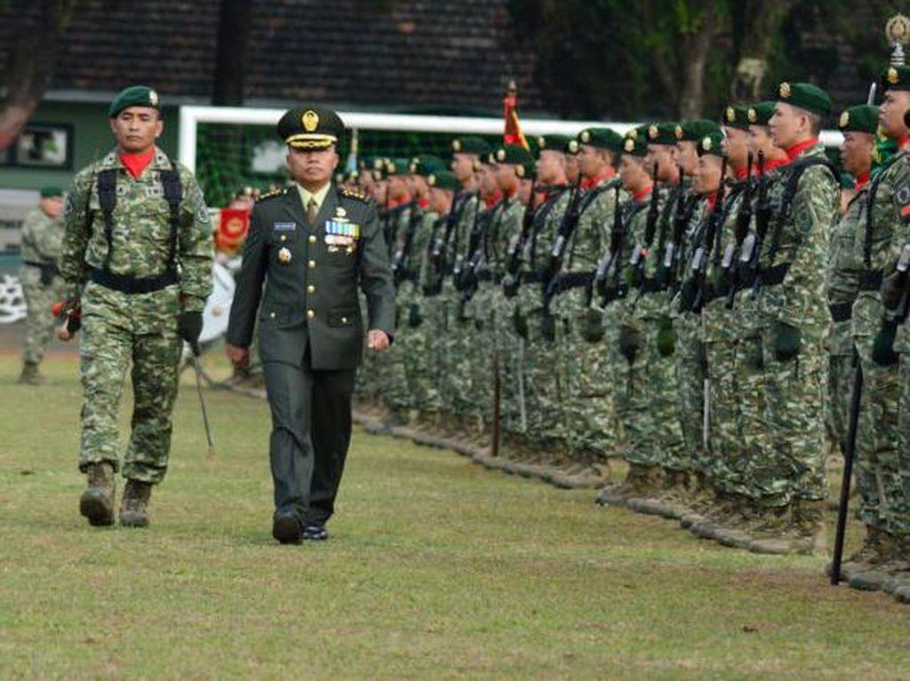 Upacara yang dilaksanakan dengan khidmat ini dipimpin oleh Asisten Personel Kasdivif 2 Kostrad, Kolonel Inf Ari Aryanto yang bertindak sebagai Inspektur Upacara. Dok. Penkostrad.
