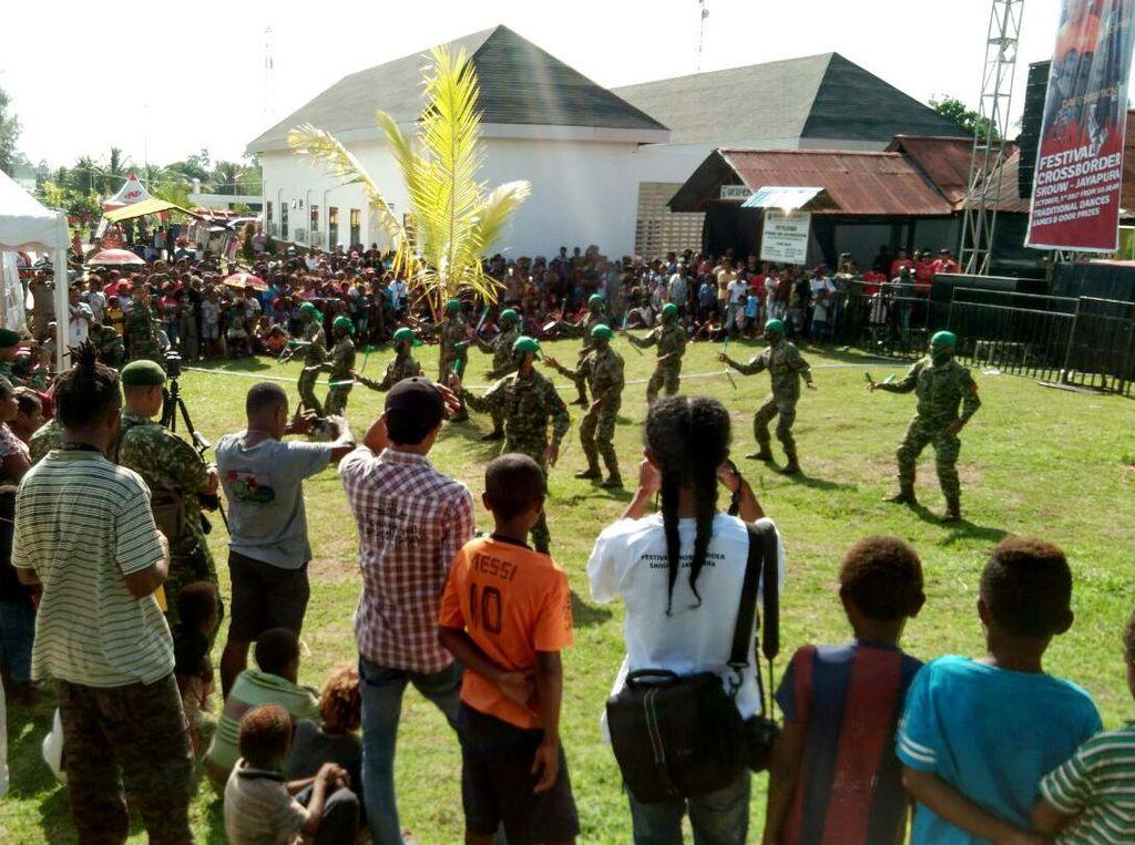 Kementerian Pariwisata mengadakan Promosi Wonderfull Indonesia melalui kegiatan Festival Crosborder di Skouw Jayapura pada hari ini 12 30 tepat di Hari Ulang Tahun TNI yang ke 72 yang pada hari ini telah dilaksanakan Upacara gabungan terpusat di Lantamal Jayapura. Dok. Penkostrad.