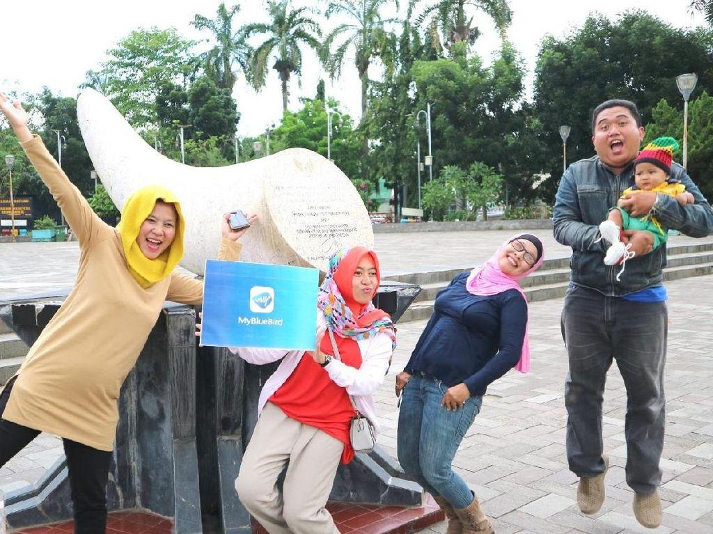 Peserta dari jurnalis dan blogger saat berpose di Monumen Perjuangan Rakyat (Monera). Dok. Blue Bird.