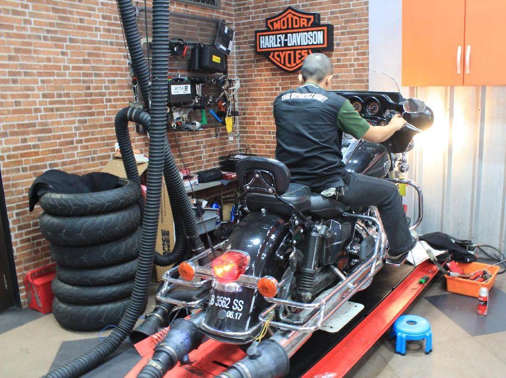 Agung juga menambahkan, bengkel umum yang terima jasa servis Harley-Davidson saat ini sudah berkembang sudah tidak jadul alias sudah mengetahui teknologi yanga ada di Harley-Davidson. Hal ini membuat bengkel umum sangat mudah dalam merawat Harley-davidson. Foto: Khairul Imam Ghozali