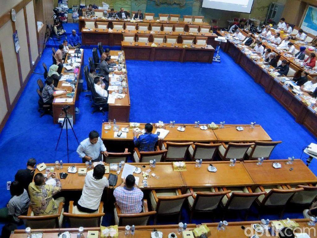 Maksudnya banyak kursi kosong anggota DPR karena yang hadir hanya 9 orang dalam rapat tersebut. Ardan Adhi Chandra/detikFinance.