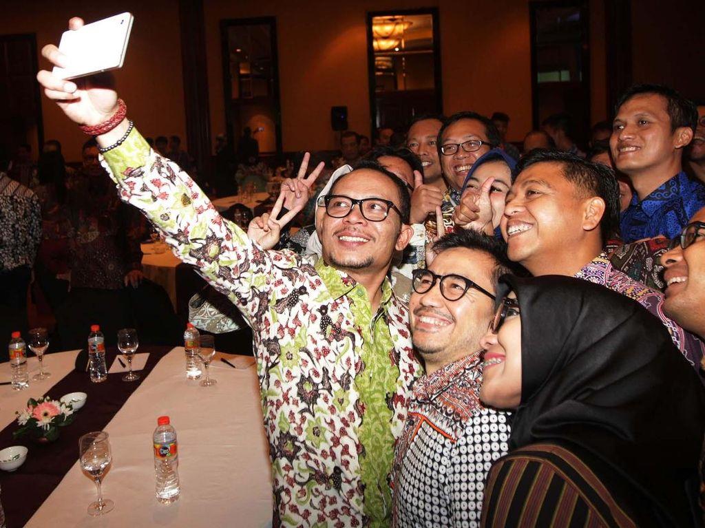 Hanif Dhakiri selfie dengan Serikat Pekerja BNI di sela talkshow Inspiring Leader 2017 di Bandung, Jawa Barat, Rabu (11/10/2017). (dok. BNI)