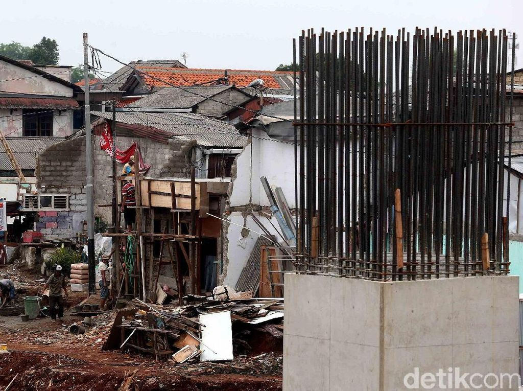 Sebagian warga tampak merenovasi bangunan rumahnya di sekitar proyek.