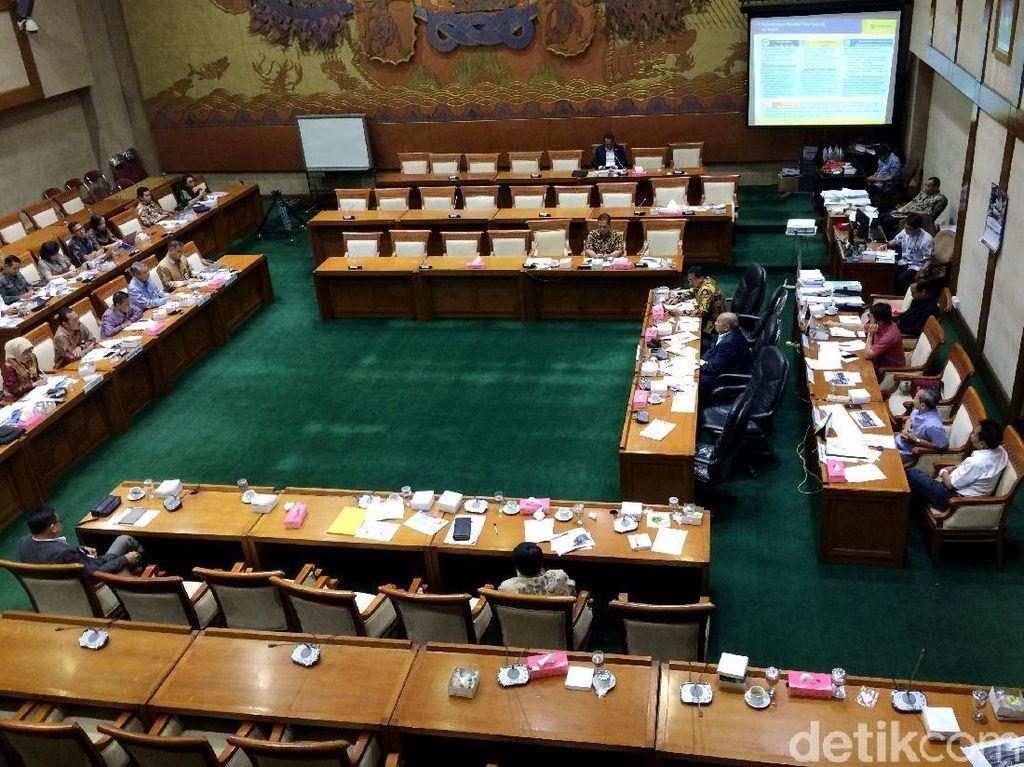 Padahal, dalam absensi rapat tercantum 22 tanda tangan anggota dari total 49 anggota Komisi VI DPR RI. Tetapi kemudian menghilang dan tidak hadir dalam rapat. Sylke Febrina Laucereno/detikFinance.