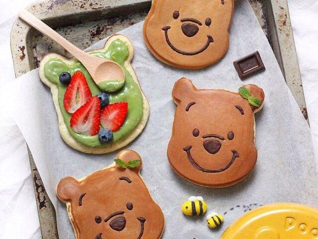 Dibuat dengan wajan berbentuk Winnie The Pooh, ia membuat dorayaki jepang dengan isian custard matcha dan buah strawberry. Foto: Instagram sweet_essence
