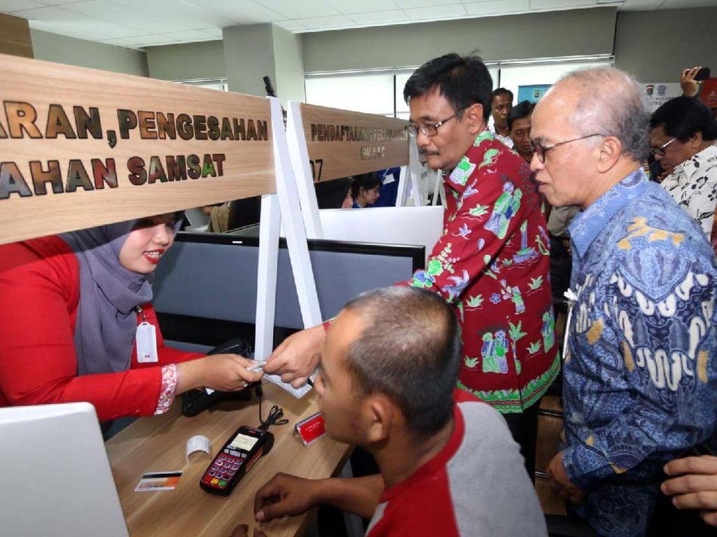 Gubernur provinsi DKI Jakarta, Djarot Saiful Hidayat didampingi oleh Direktur utama Bank DKI, Kresno Sediarsi memantau aktivitas pembayaran STNK melalui E-Samsat Bank DKI di Mal Pelayanan Publik. Foto: dok. Bank DKI