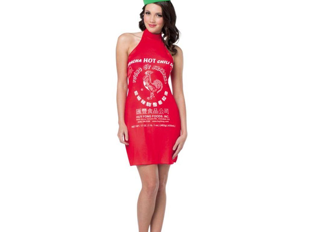 Saus pedas populer, Sriracha jadi inspirasi gaun. Warnanya merah dengan logo ayam di tengahnya. Tak ketinggalan, tutup botol Sriracha yang diwujudkan dalam topi warna hijau.Foto: Istimewa